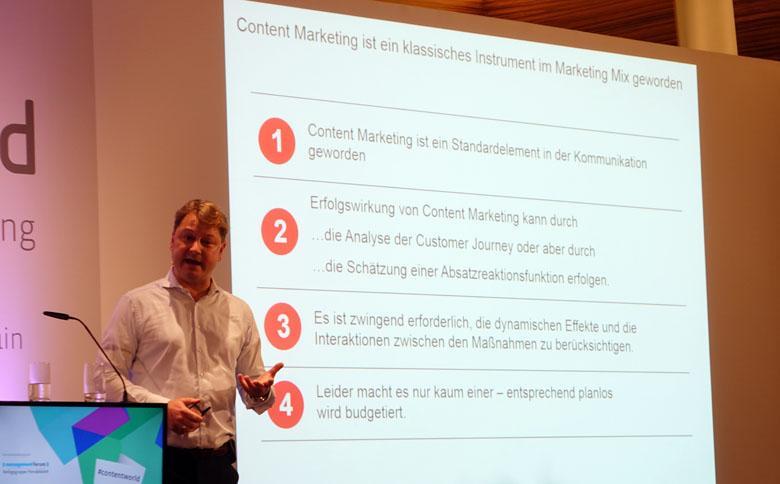 Prof. Clement vor Präsentations-Leinwand mit Fazit