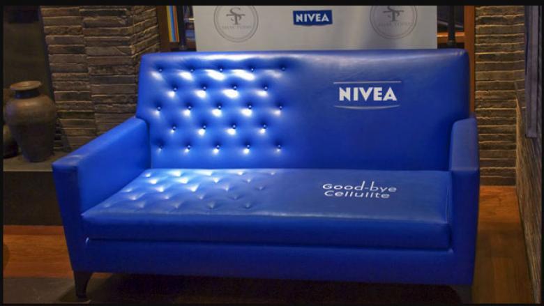 Blaue Couch mit geteilter Oberfläche