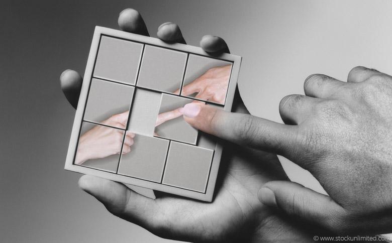 Hand, die ein Puzzle-Spiel verwendet