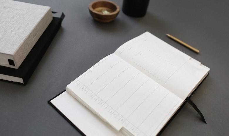 Ansicht eines Zeitplans auf einem Schreibtisch