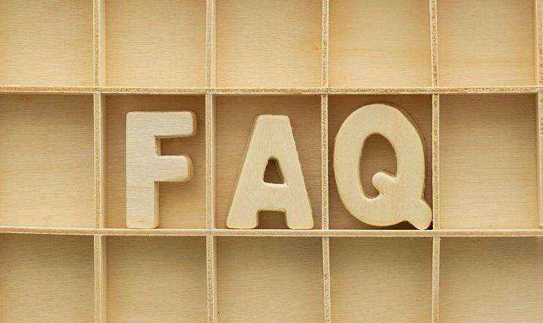 Synonyme finden Beitragsbild 2: Der Schriftzug FAQ, zusammengesetzt aus hölzernen Buchstaben