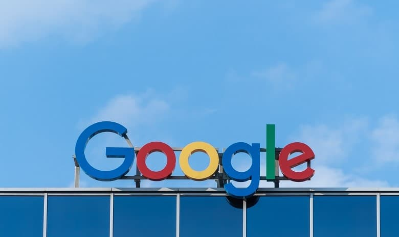 Headline Texte Beitragsbild 3: Foto des Google-Logos vor einem blauen Himmel