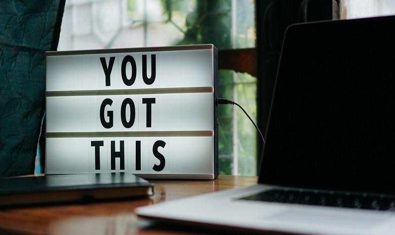 """Aktive Sprache Beitragsbild 2: Eine Leuchttafel mit der Aufschrift """"You got this"""" (Du schaffst das)."""