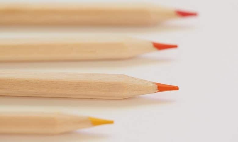 Eine Sammlung roter Stifte vor weißem Hintergrund
