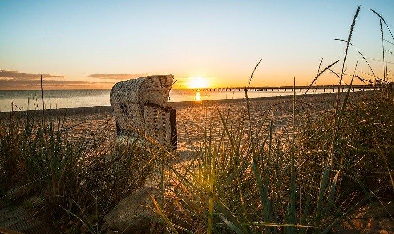 Ein Strandkorb an der Nordsee bei Sonnenaufgang.