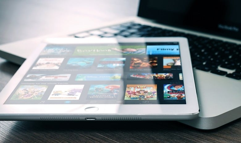 Rezension schreiben Beitragsbild 1: Ansicht eines Tablets mit einer Auswahl von Filmen auf dem Display.