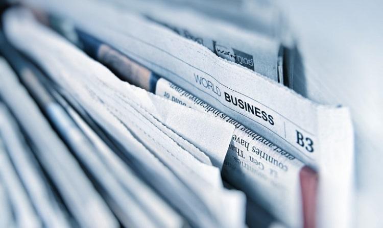 Pressemitteilung schreiben Headerbild; ein Stapel zusammengefalteter Zeitungen