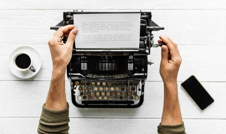 Autor an Schreibmaschine