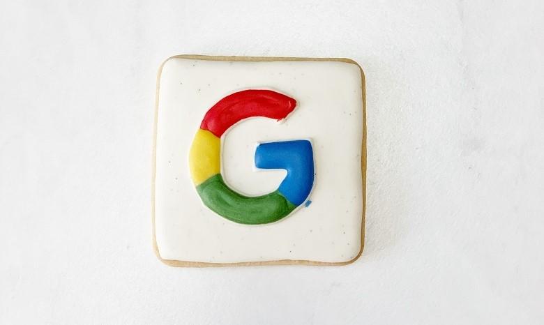 Texte umschreiben Beitragsbild 3: Nahaufnahme eines Cookies mit dem Google-Logo in Zuckerguss