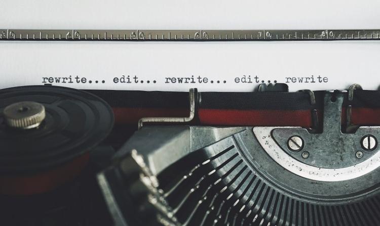 Texte umschreiben Headerbild: Nahaufnahme einer Schreibmaschine mit Blatt Papier