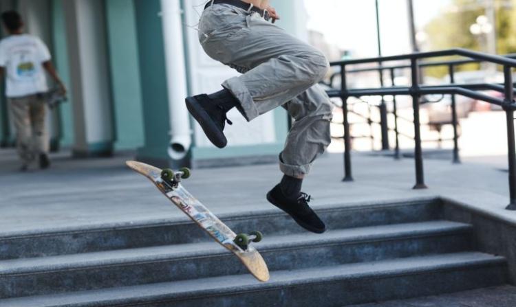 Skateboarder springt auf Treppe