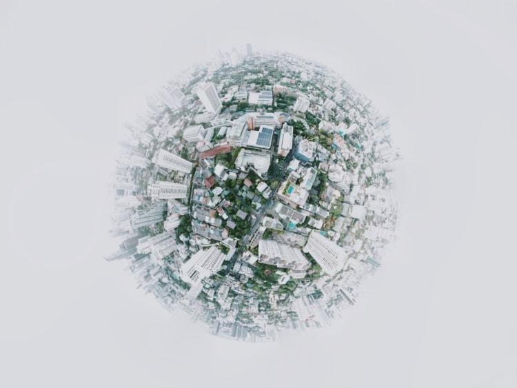 Erdball mit sichtbaren Gebäuden