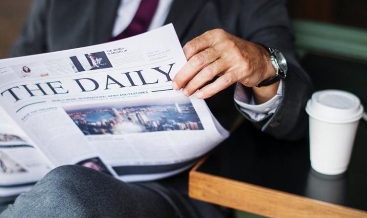 Mann liest Pressemeldungen