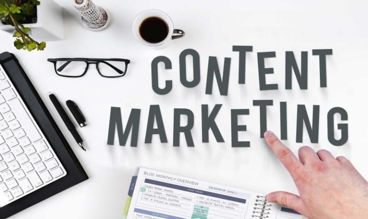 Schriftzug Content Marketing mit Hand