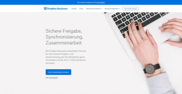 Website mit Hand auf Laptop