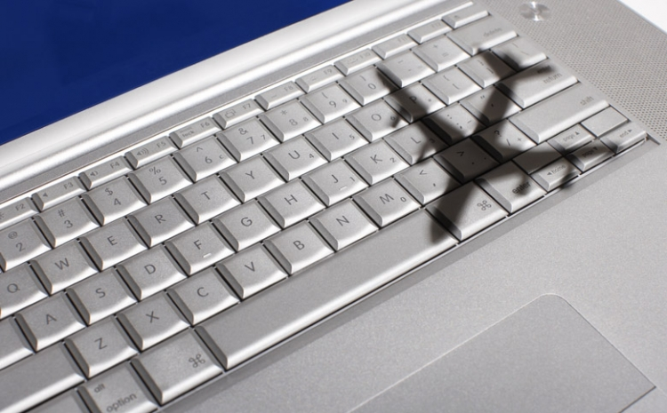 Flugzeugschatten auf Laptoptastatur