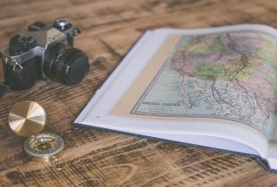 Atlas und Fotoapparat: die Ausrüstung eines digitalen Nomaden