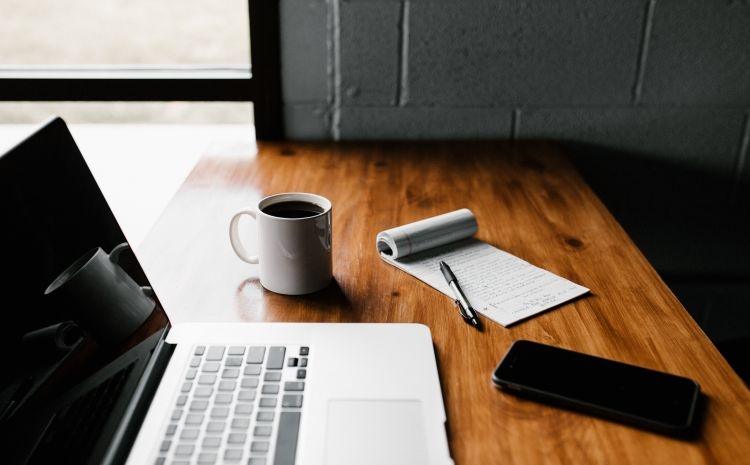 Schreibtisch mit Laptop, Kaffee