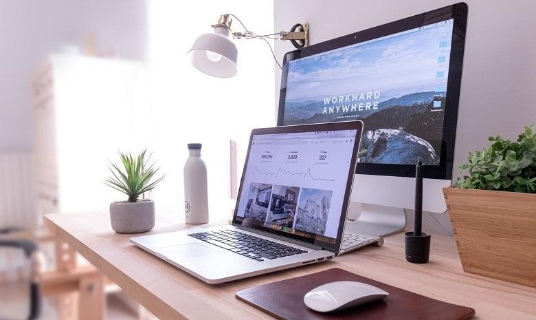 Nahaufnahme zweier Computerbildschirme mit geöffneten Websites im Browser.