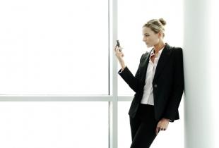 Unternehmerin mit Smartphone