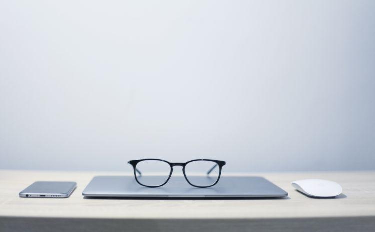 Brille mit Laptop