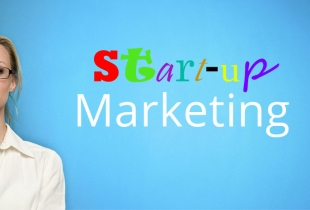 Frau mit Schriftzug Start-up-Marketing