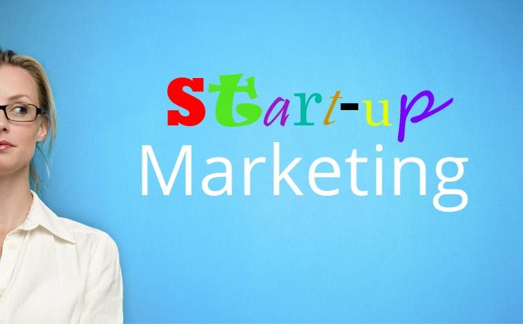 Frau mit Schriftzug Start-up-Marketing