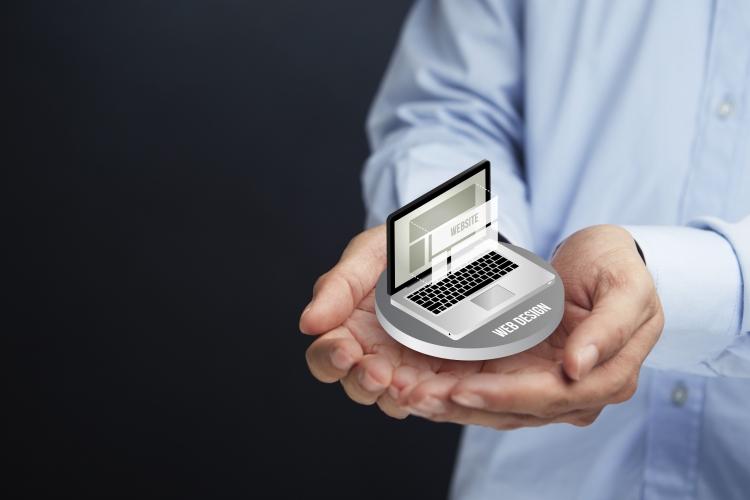 Hände mit Mini-Laptop