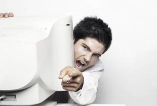 Mann hinter Computer, der schreit