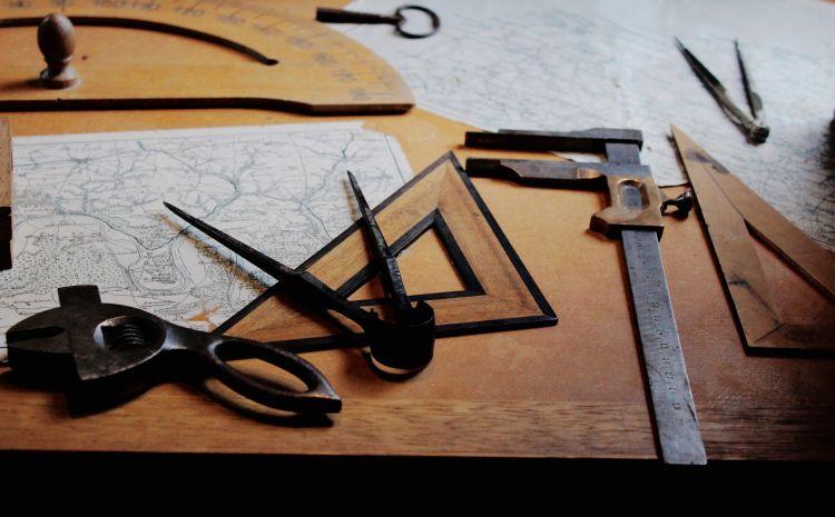 Schreibtisch mit Geodreieck und Zirkel