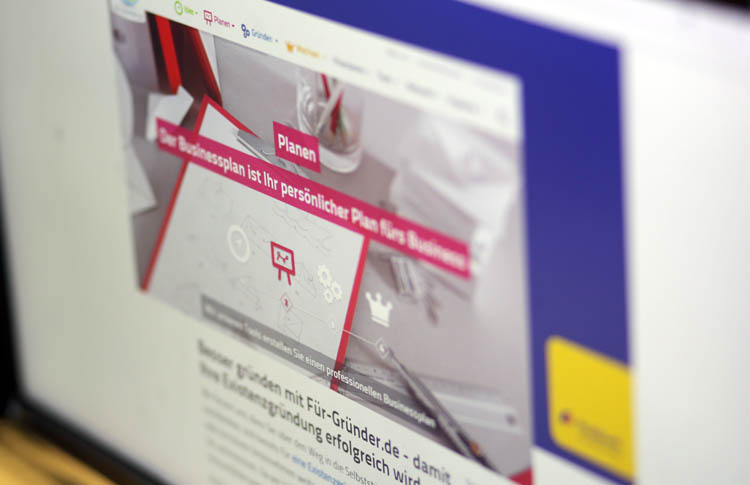 Monitor mit Grafik zur Planung einer Gründer-Strategie
