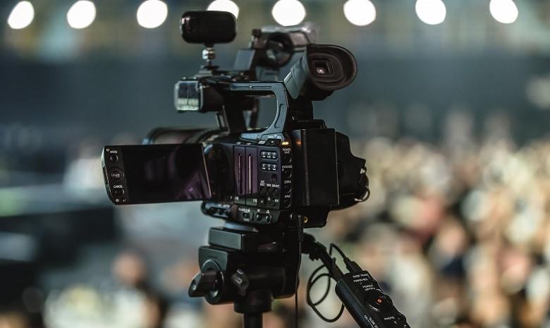 gewerbe freiberufler beitragsbild: Nahaufnahme einer aufgebauten Kamera für ein Interview