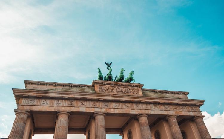 Brandenburger Tor vor blauem Himmel