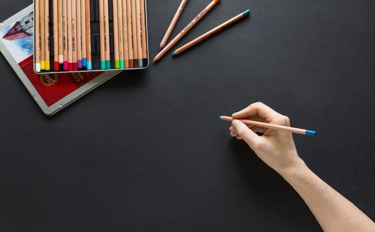Hand mit Stiften