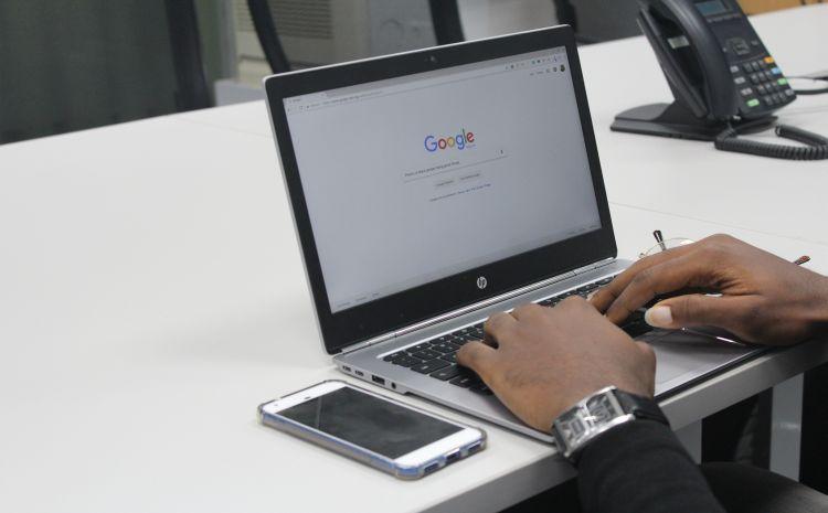Laptop mit Google-Maske