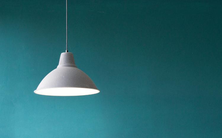 Deckenlampe vor Wand
