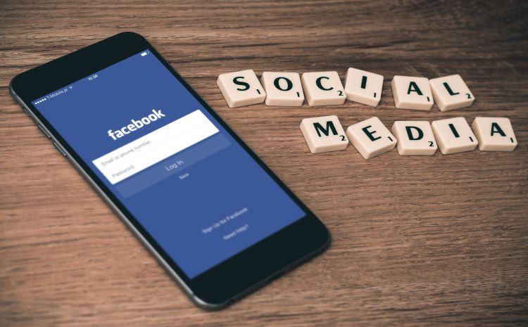 Smartphone neben Scrabble Social Media