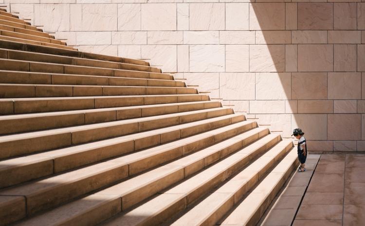 Kind vor Treppe