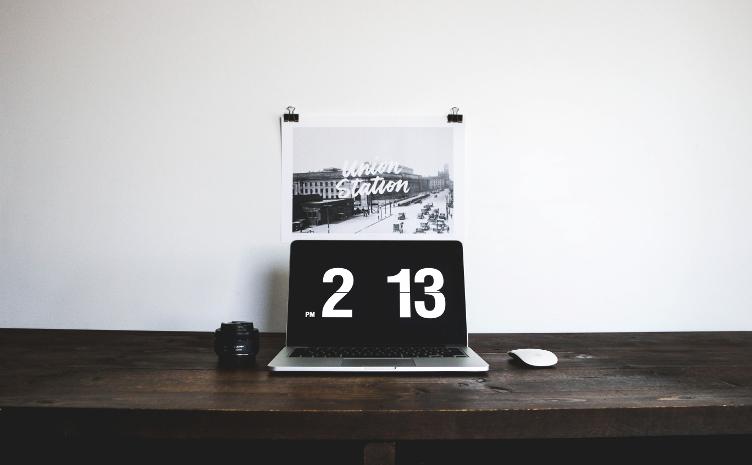 Uhr auf Schreibtisch