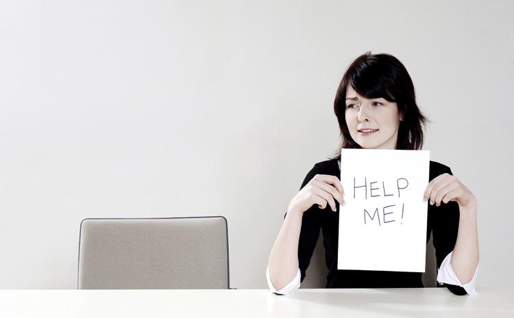 "Frau mit ""Help Me""-Zettel"