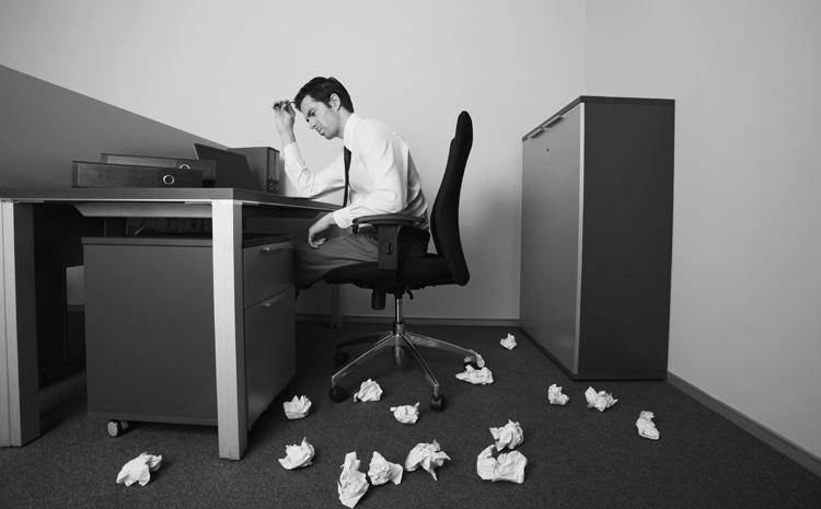 Verzweifelter Mann am Schreibtisch