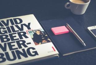 Buch über Werbung auf Schreibtisch