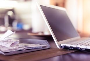 Laptop mit Belegen