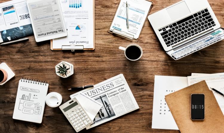 Beitragsbild Steuern für Freelancer: Schreibtisch mit Laptop und Unterlagen