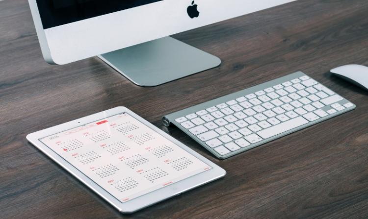 Beitragsbild Steuern für Freelancer: Computer mit digitalem Kalender