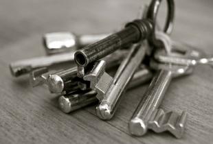 Schwarz-Weiß-Foto eines Schlüsselbunds als Wortspiel auf den Begriff Keyword