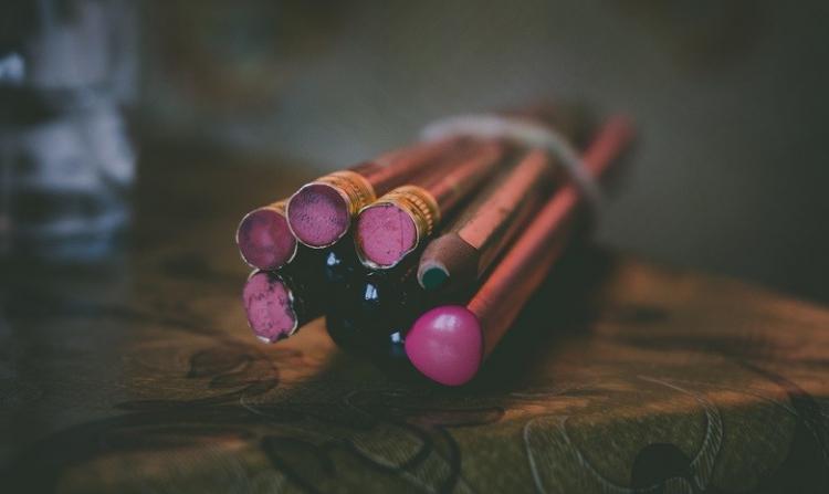 Bild eines Bündels von Bleistiften mit abgenutzten Radiergummis