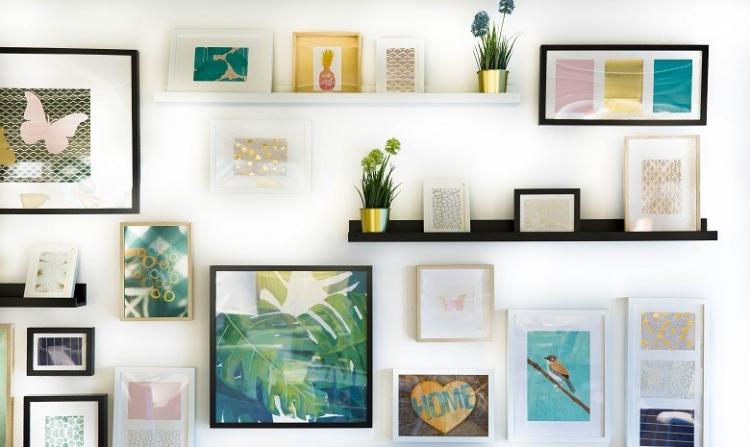 Ansicht einer Bildergalerie mit Prints, Fotos und Zeichnungen