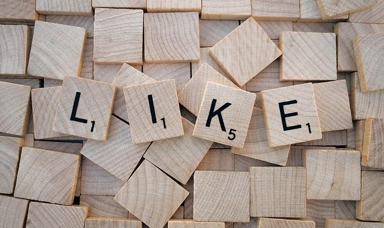 """Scrabble-Steine, die das Wort """"Like"""" buchstabieren"""