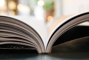 Headerbild Storytelling-Artikel: Nahaufnahme eines aufgeklappten Buches